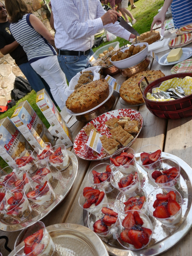 Lots of bloggers brought goodies for us all to eat.  What's a potluck without the potluck?!